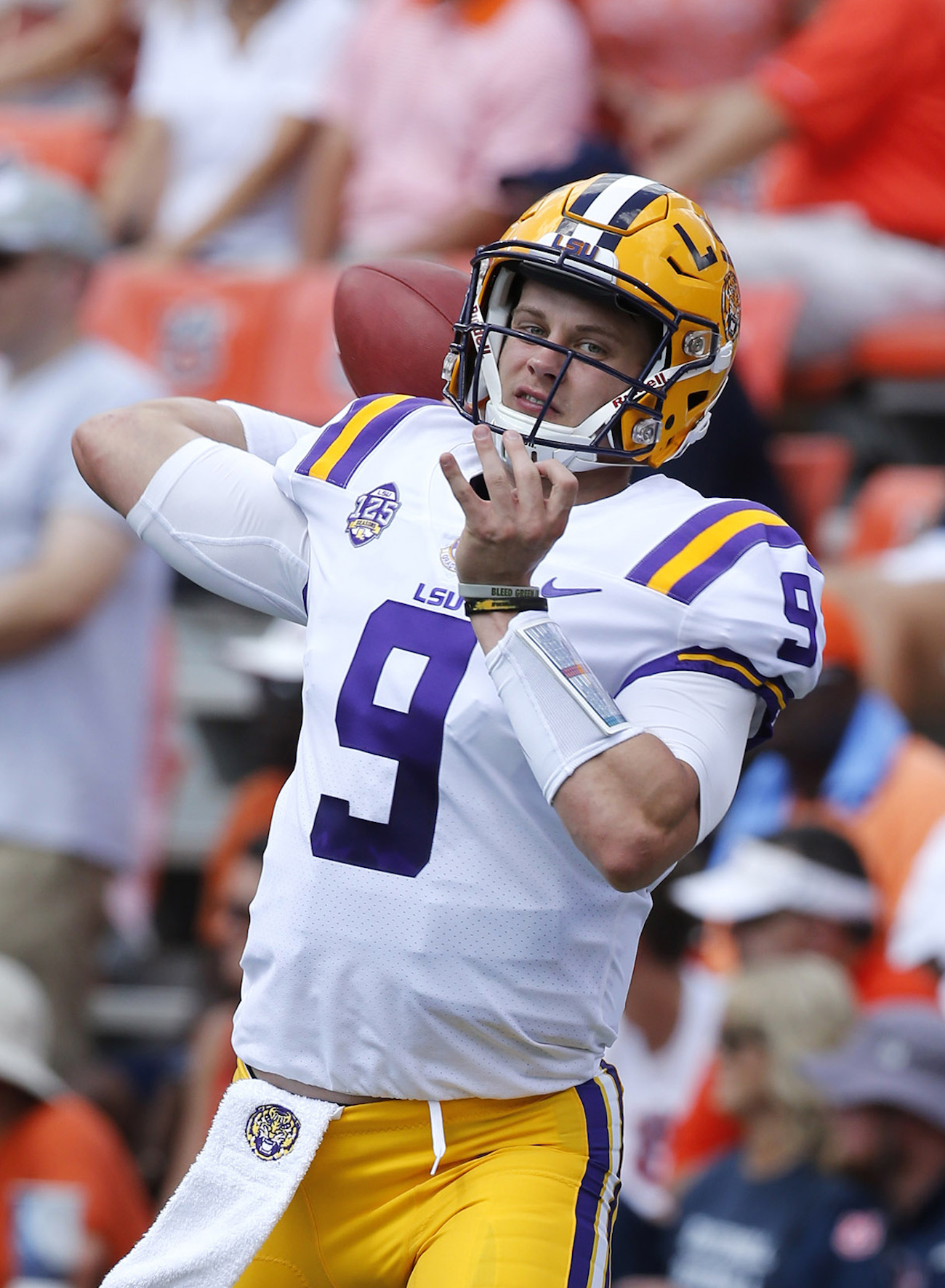 LOOK: Ohio State students recognize LSU QB Joe Burrow with ...